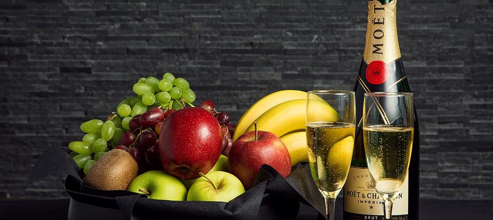Fruit basket with chocolate and a bottle of sparkling wine 75 cl
