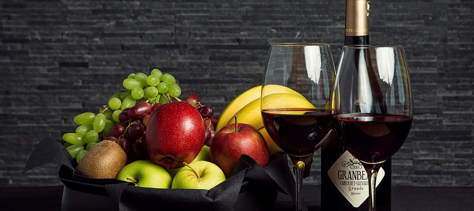 Fruit basket with a bottle of red wine 75 cl